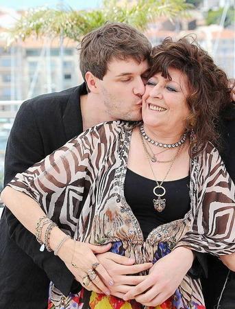 《我媽媽是派對女孩》由導演山繆賽斯(左)母親安潔莉(右)的真人真事改編,情感真摯動人