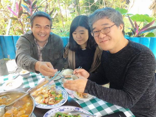 《上帝的男高音》林慶台(左)挾山豬肉給導演金相滿(右)讓他齒頰留香