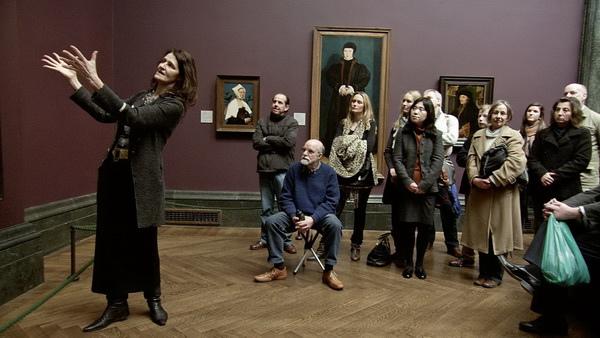 《歡迎光臨國家畫廊》中,解說人員也以克莉絲汀娜「面帶嘲諷觀察著畫家」來形容她神秘的神情