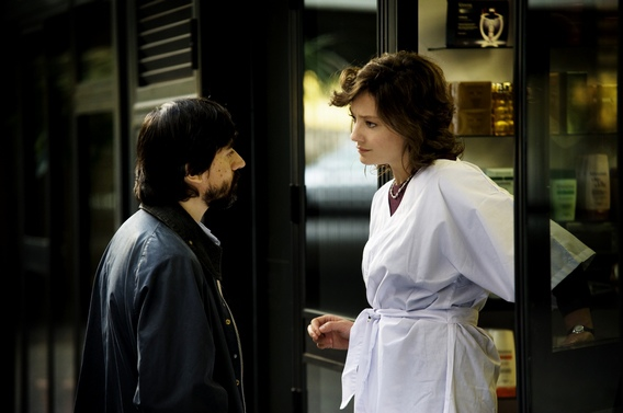 喬凡娜美髮洗頭不忘護兒《命運‧晚餐》親情大崩潰威尼斯奪獎育(右為威尼斯影后喬凡娜梅諾茲歐娜(Giovanna Mezzogiorno)左為《燦爛時光》男主角路奇洛卡西歐(Luigi Lo Cascio)
