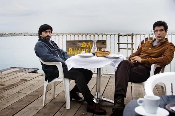 兄弟兩人相約海邊餐廳敘舊的戲,拍起來卻像極了黑幫談判,連餐廳老闆都識相地閃得老遠