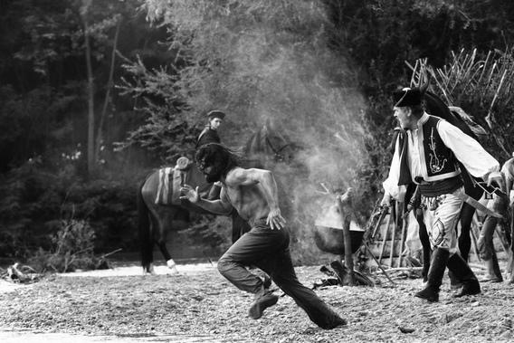 庫辛托瑪(Cuzin Toma)因為「天賦異稟」引發大公爵忌恨,只得趕快穿起褲子,三十六計跑為上策
