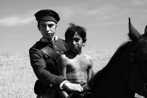 米哈柯曼歐在電影《追拿吉普賽!》動了惻隱之心,也和小奴隸成了好友