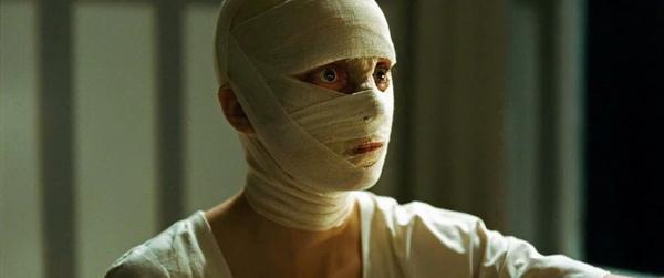 妮娜荷絲(Nina Hoss)在《回不去的時光》(PHOENIX)超過五分之一緊纏上繃帶演出