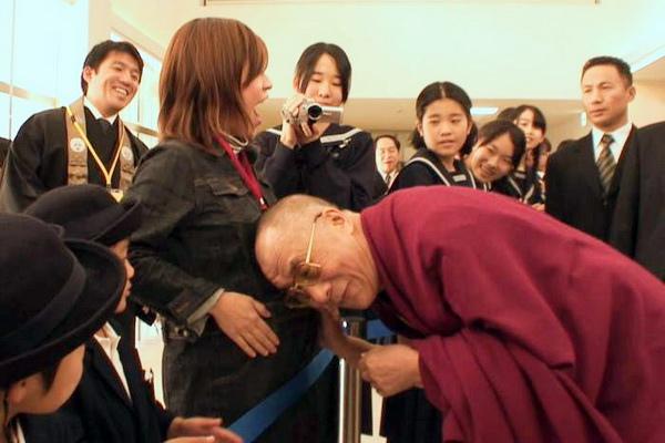 光頭頂大肚祈福《達賴喇嘛14世》頑童上身惹笑聲