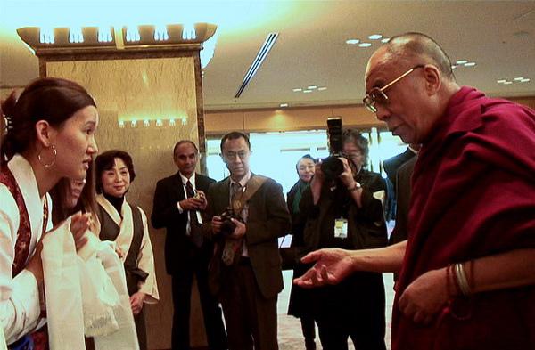 達賴喇嘛訪問日本,遇見一群西藏交換學生。達賴要她們永遠以身為西藏人為榮