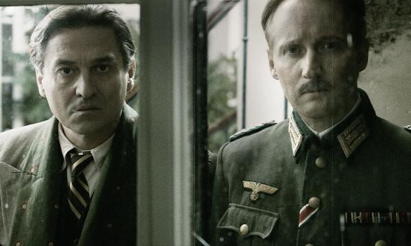 《攻佔羅浮宮》擬真演出當時搶救藝術品的「羅浮宮館長」賈克喬札 (Jacques Jaujard, 左) 與納粹軍官梅特涅 (Franz Wolff-Metternich) 的精彩對話