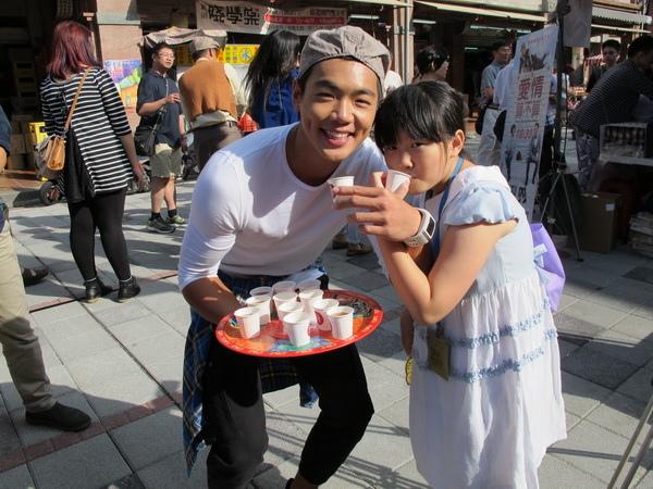 布魯斯宣傳《愛情算不算》煞到5歲小女孩, 要和他喝交杯姻緣茶