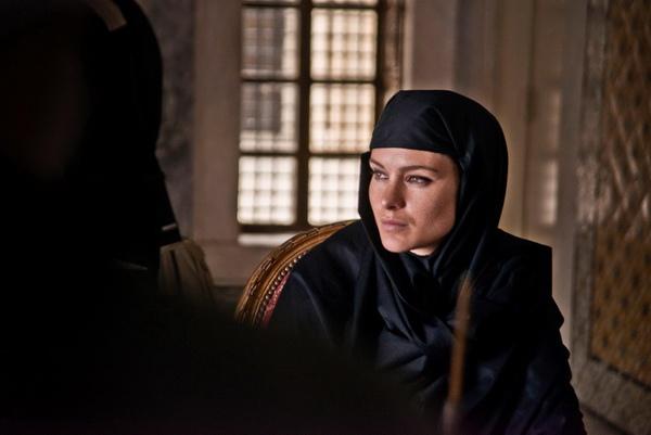 為採訪何梅尼,法拉奇換上黑紗黑袍