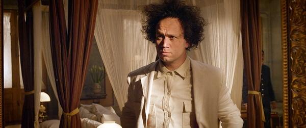 艾默貝克扮愛森斯坦《十日性愛死》頂爆炸頭「爆菊」演出