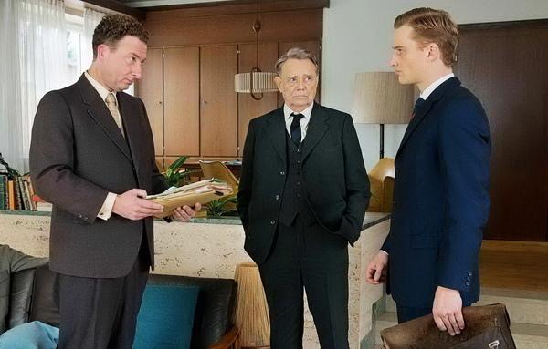 佛列茲鮑爾(格爾特福斯(Gert Voss 飾)震撼全世界的法蘭克福審判的主導者