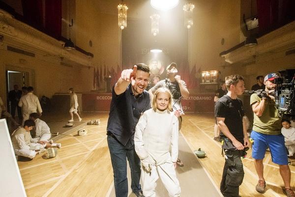 卡拉斯哈洛笑說拍攝《擊劍大師》難度超過預期,不僅得教童星如何演出,還得當他們的教練