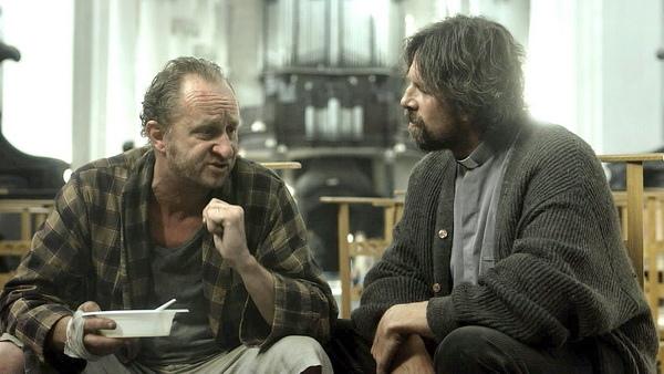 貝諾特波維德飾演《死期大公開》暴怒上帝,與信徒展開一場令人拍案叫絕的激辯