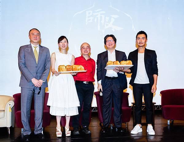 徐浩峰訪政大遭「踢館」 原來同學師法電影橋段、奉上八條麵包要他吃下