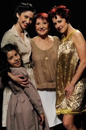 「舞后」瑪莉亞尼維斯(Maria Nieves)與《探戈情未了》片中飾演她年輕到老的三名演員合影, 四人皆在片中演出