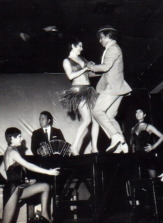 愛情電影《探戈情未了》「舞王」胡安卡洛斯寇貝斯(Juan Carlos Copes)突發奇想地邀舞后瑪莉亞尼維斯(Maria Nieves)到餐桌上共舞,意外地開啟他們通往百老匯的大門