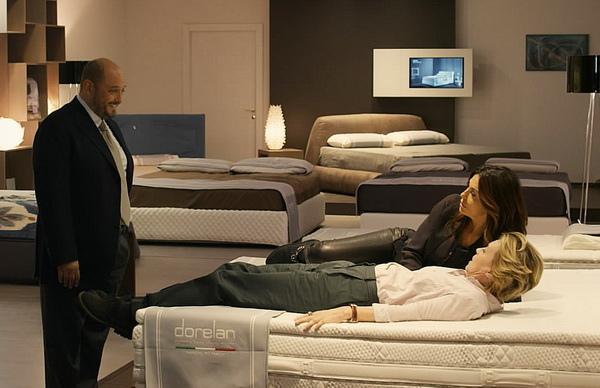 愛情喜劇《不只是閨蜜》(Me, Myself And Her)義大利影后瑪姬麗塔貝(Margherita Buy)買床遭店員調侃性向