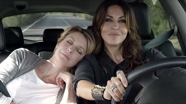 影后莎賓娜費蕊麗(Sabrina Ferilli)《不只是閨蜜》開車一派瀟灑,其實心中十分忐忑,連吃好幾次NG