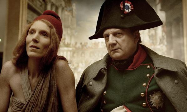 電影《攻佔羅浮宮》讓羅浮宮創始者拿破崙(文森內梅特 飾)與法國大革命自由女神瑪麗安娜(約翰娜阿爾特斯 飾 )穿越時空赫然現身