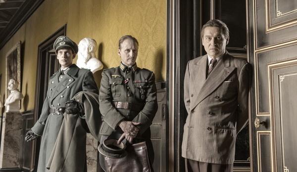 《攻佔羅浮宮》描述納粹軍官梅特涅伯爵(圖中,班傑明烏澤拉特 飾)洞悉希特勒野心,倒戈成為捍衛藝術的援軍,右為館長賈克喬札(路易度德隆科桑 飾)