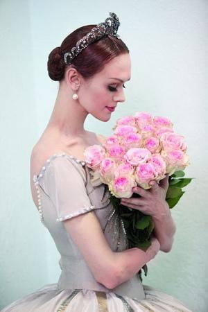 洛帕特金娜才華傲世的丈夫科爾涅夫,雖不懂芭蕾舞劇的奧義,卻從不缺席她的演出,更總會在演出結束後,獻上一束150朵的紅玫瑰花束,表達對她的愛意