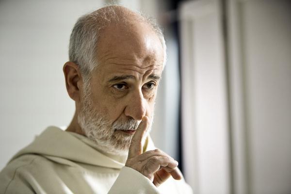 托尼瑟維洛告別紙醉金迷 扮神父入木三分