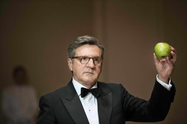 丹尼爾奧圖(Daniel Auteuil)《告解高峰會》(The Confessions)飾演國際貨幣基金總裁,拿起青蘋果砸碎紅酒杯,警告強國惡行將為自己招致惡果