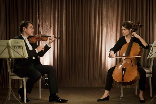 丹尼伯恩扮摳門提琴手《金金計較》交女友怕花錢陷天人交戰