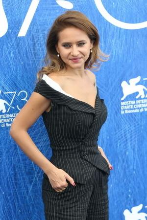 《衝突的一天》有「埃及豔后」美譽的知名肚皮舞孃耐莉卡里姆(Nelly Karim)擔綱主演。她曾擔任威尼斯影展評審團成員 1