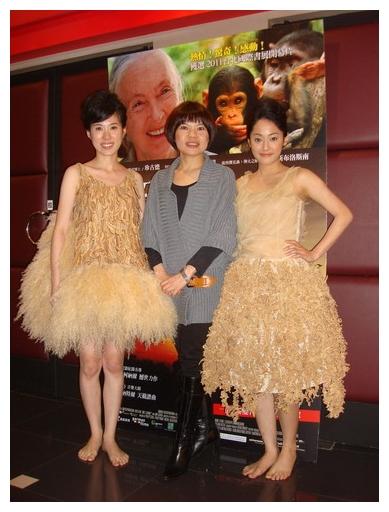 台灣新生代女星潘之敏 (左) 與姚安琪 (右) ,穿上知名服裝設計師何素貞 (中) 轟動花博的「原生植物裝」參加《珍愛旅程》首映會.jpg