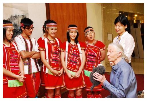 珍古德 (右一) 傳遞希望《珍愛旅程》訪台互動趣味入鏡.jpg