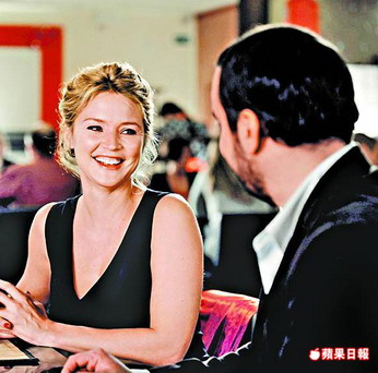 薇吉妮愛菲亞(左)外型甜美,在《帶ㄙㄞˋ男朋友》中展現喜感。.jpg