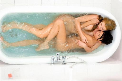 持續12個小時《羅馬慾樂園》雙美浸冷水靠體熱做愛