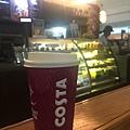 在杜拜機場喝英國的Costa咖啡