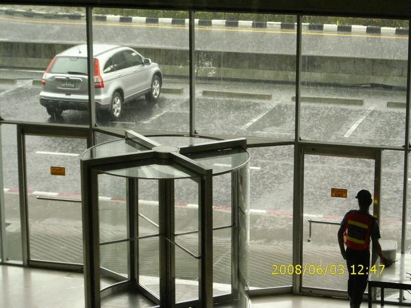 雨季的泰國,午後的大雨並不會輸給台灣的午後雷陣雨