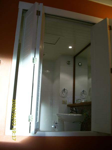 飯店的房間都一定要做可開放式的廁所窗戶