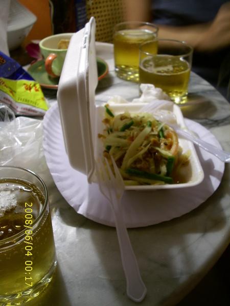 剛剛才吃完後,又再去買一盒外帶回家吃,順便啤酒也來一杯。