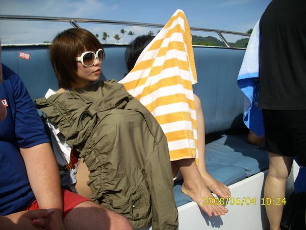 坐上快艇前往MA YA BAY島,大家搶著做前面應該是享受日光,但我們卻是遮的像什麼似地。