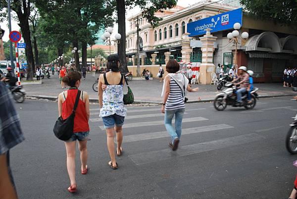 對於看似危險其實安全的越南交通,大伙非常得心應手自由穿梭馬路
