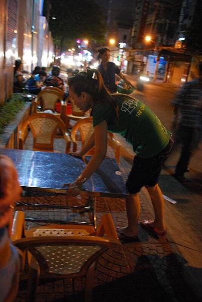 莫名的小桌子跟小椅子,這樣便成我們的餐桌