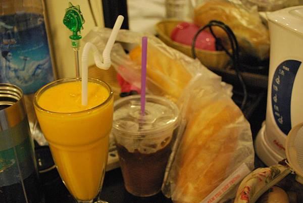 每天的早餐現打果汁(越式咖啡)以及法國三明治