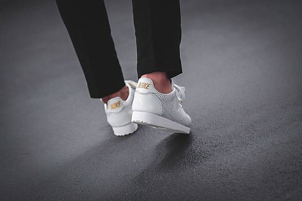 nike-wmns-cortez-classic-premium-qs-beautiful-x-powerful-aa1436-100-mood-2.jpg