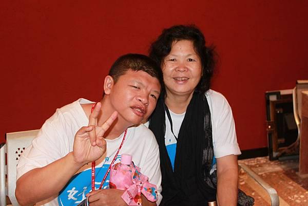 祥祥與媽媽常參加好天天合唱團的表演活動