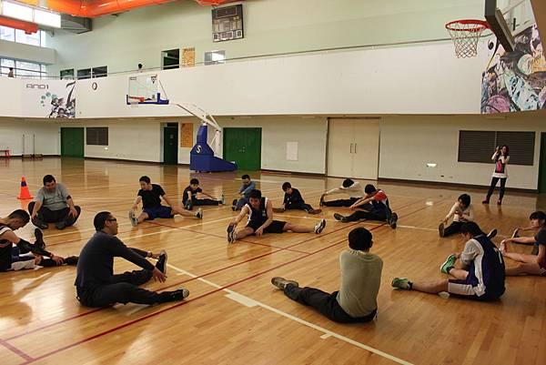 p3北區籃球隊在北投運動中心團練,仔細做暖身以防運動傷害