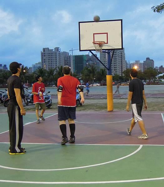 p3南區籃球社員與陪練志工在高雄市舊龍華國小籃球場進行分組比賽