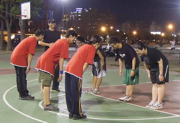 p3黑衣者為陪練志工、紅衣者為心路南區籃球隊隊員,雙方每週以球會友