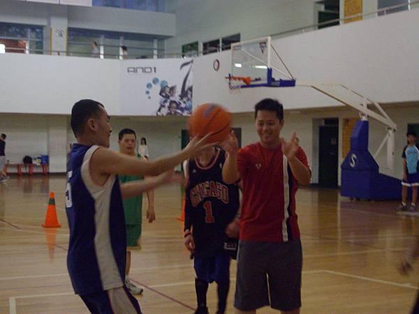 教練特別加強北區籃球隊員練習帶球上籃的動作