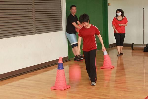小如依教練指示,認真練習運球基本動作