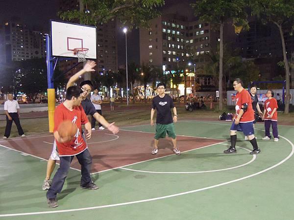 運球、防守、走位、立定、射籃,高雄的籃球社正全力苦練中