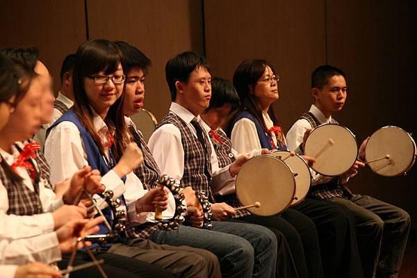 修圖-心路樂團的表演實況,小淳(右三)專注打鼓